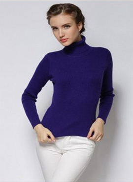 turtleneck in soft jersey. Fitted long sleeves.
